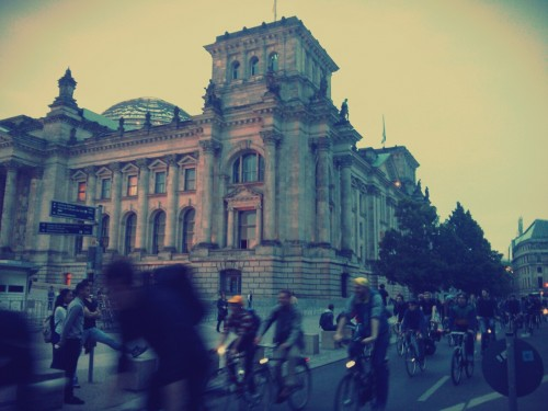 Am Bundestag: Die Rufe werden lauter