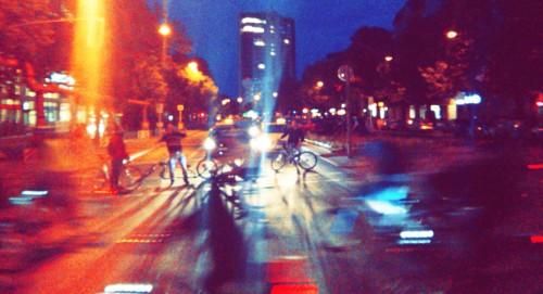 """RadfahrerInnen blocken PKWan Kreuzungen, um den """"Zug"""" zu sc"""